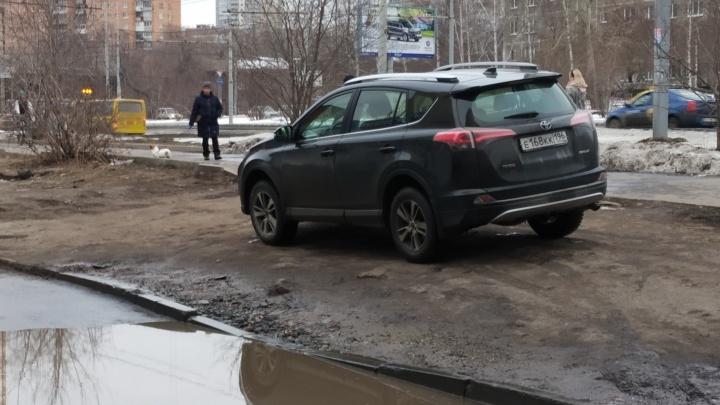 «Я паркуюсь как...»: в Екатеринбурге у гряземесов началось весеннее обострение