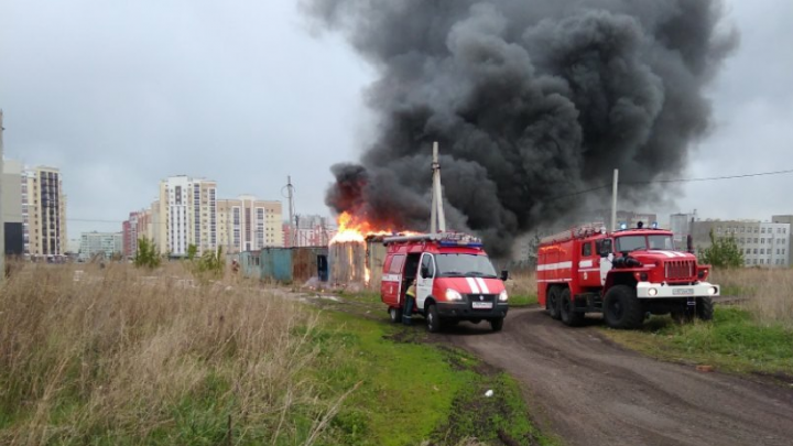 В Башкирии загорелся строительный вагончик