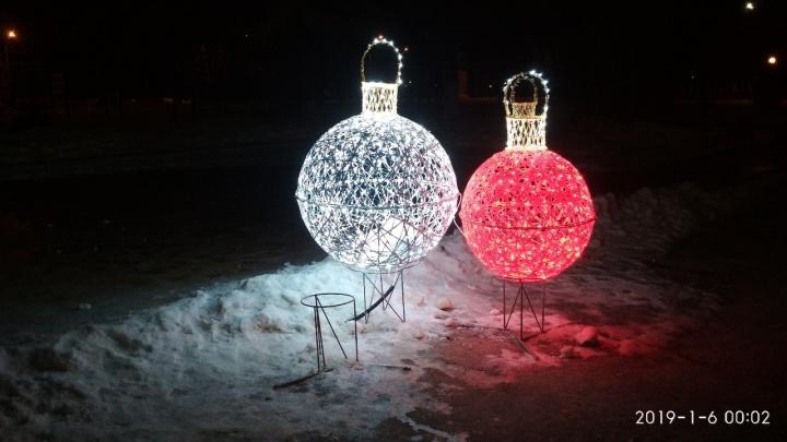 «У нас украли детскую радость»: волгоградцы продолжают воровать с улиц елки, снеговиков и шарики