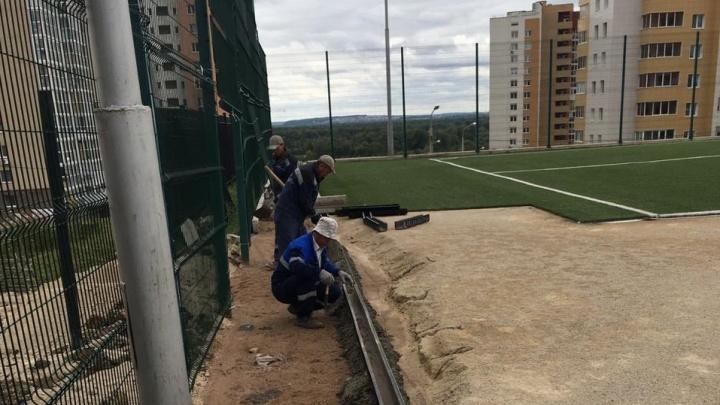 Бесконечный ремонт: в Уфе снова начали ремонтировать футбольное поле у лицея №160
