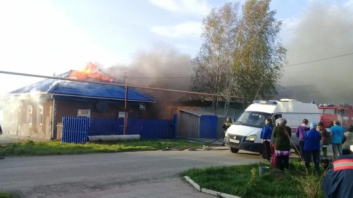 Видео: в Толмачёво загорелись два жилых дома