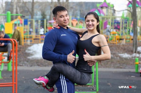 Совместные упражнения помогут не только подтянуть тело, но и укрепят отношения