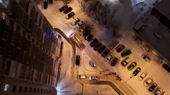 «Выводили под бой курантов». В Перми в новогоднюю ночь из-за пожара эвакуировали жителей новостройки