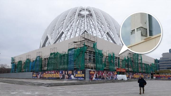 С обновленного фасада цирка в Екатеринбурге начала отпадать плитка