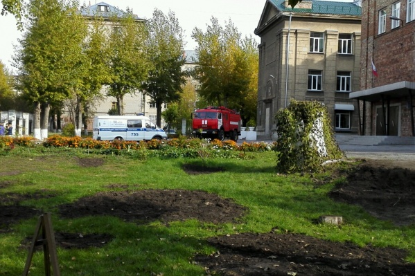 """Полицейские и пожарные съехались к школе <nobr class=""""_"""">№ 27</nobr>"""