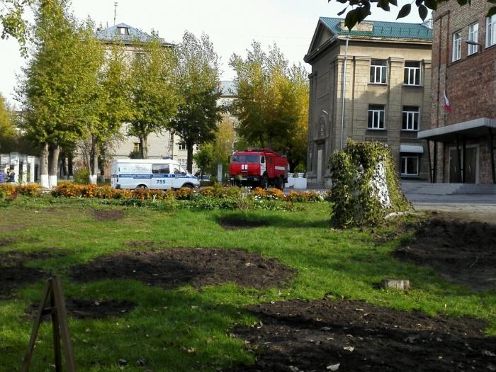 Полицейские и пожарные съехались к школе  № 27