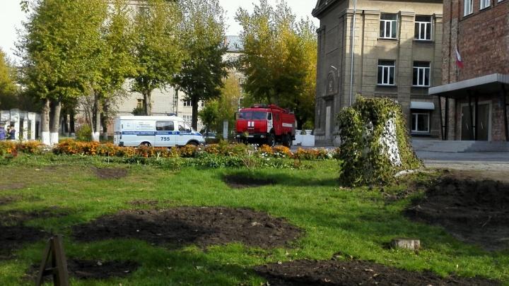 В Новосибирске массово эвакуируют школы