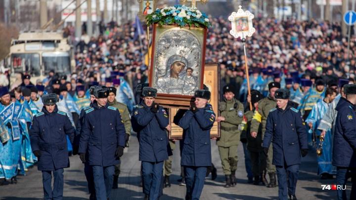 «Чтобы мы из злых становились добрыми»: по Челябинску в День единства пронесли чудотворную икону