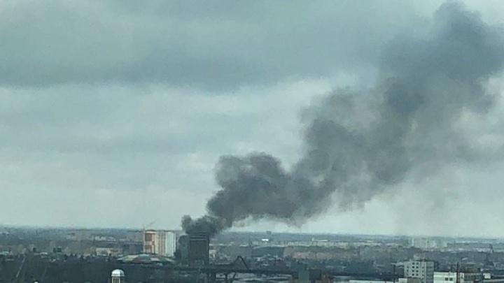Возле Димитровского моста со стороны аквапарка поднялся чёрный столб дыма