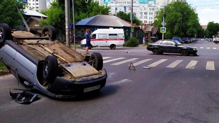 Приземлился на крышу: в центре Самары иномарка перевернула «Гранту»