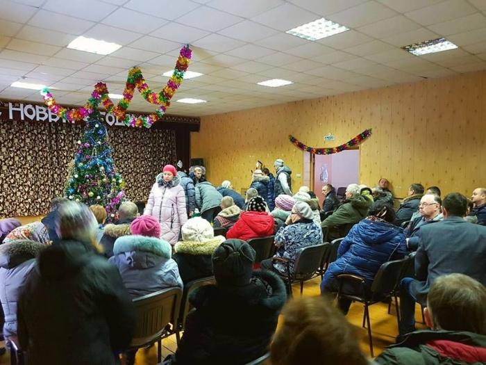 На народный сход против мусорного полигона в селе Плотниково собралось около 150 человек