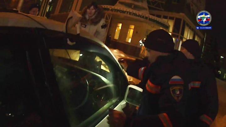 Ребёнка достали из заблокированного автомобиля на Кирова — спасательная операция попала на видео