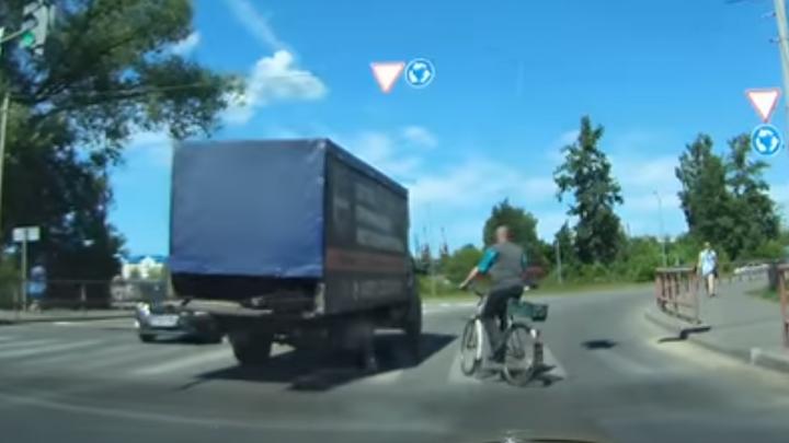 В Ярославской области пьяный велосипедист подрезал машины на дороге