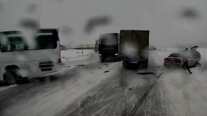 В Полевском пассажирский автобус из-за лихача на «четырнадцатой» врезался в заправку