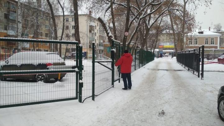 «До помойки идти по косогору»: жители хрущевки на Бажова испортили жизнь соседям, поставив забор