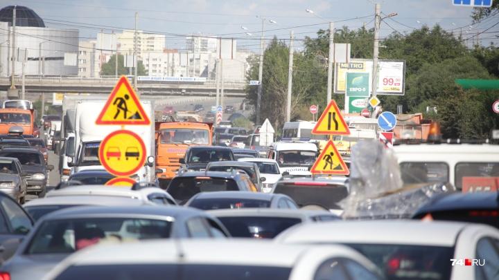 Одна из центральных улиц Челябинска встала в пробку из-за дорожного ремонта