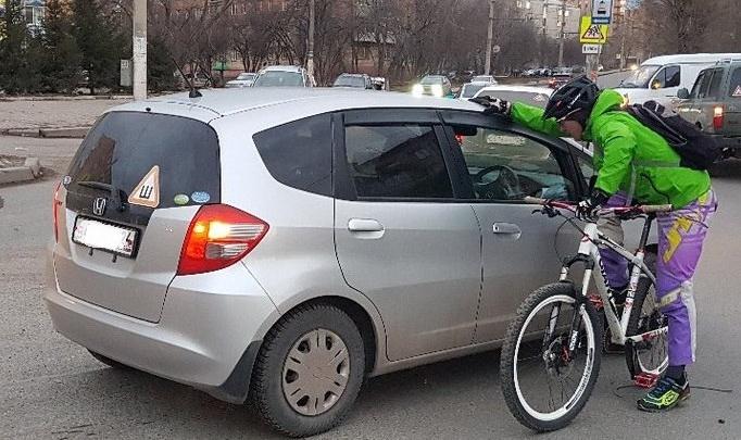 Велосипедист странным образом попал под колеса и потребовал 300 тысяч