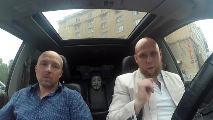 Новосибирские блогеры сняли, как десятки машин заезжают под «кирпич» около облсуда. Знак убрали