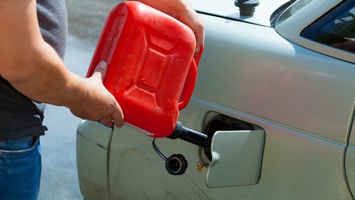 Минус рубль за неделю: цены на бензин на челябинских заправках поползли вниз