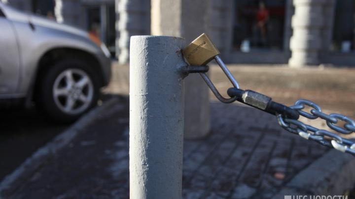 Берегись эвакуатора: власти запретили парковку во дворе на Новогодней