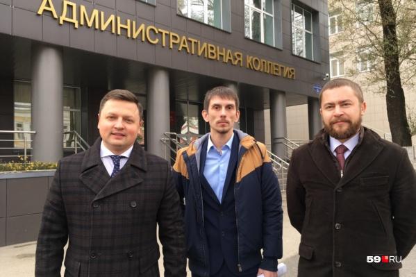 Владислав Аскариди (в центре) с адвокатами