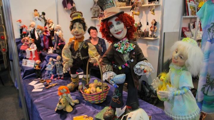 Мистические скульптуры, оживающую картину и тысячи кукол представили на выставке «Арт-Красноярск»