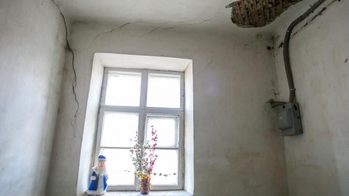 Нуждающуюся семью заселили в квартиру без радиаторов и с лопнувшими стеклами в рамах