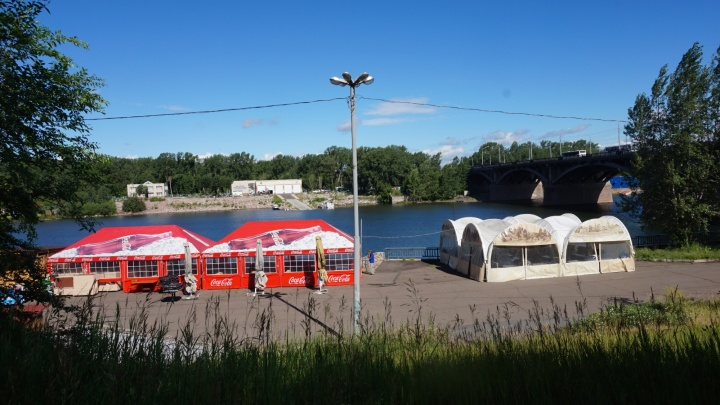 На набережной у Коммунального моста со скандалом снесли летние кафе