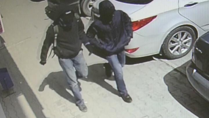 Грабителей банка на Уралмаше сняли камеры наблюдения