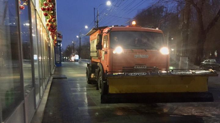 Волгоградских коммунальщиков бросили на борьбу с гололёдом