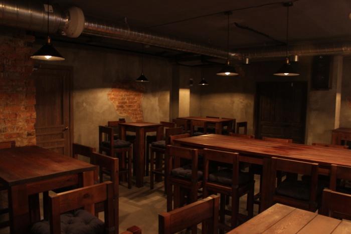 Зал бара напоминает декорации гангстерских фильмов. Фото Стаса Соколова