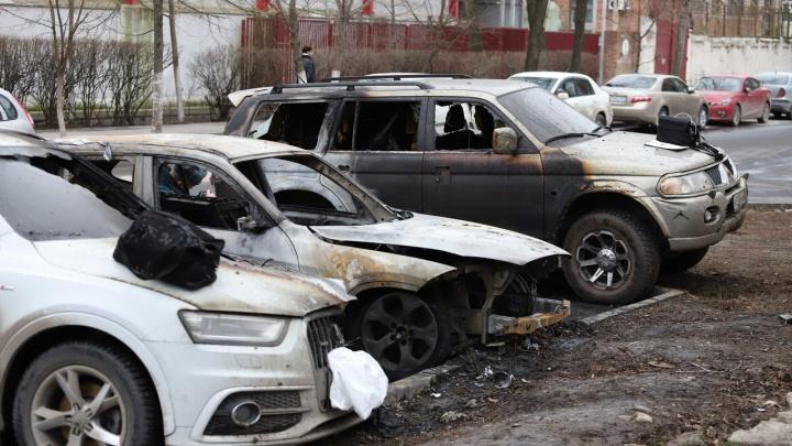 В Ростове на улице Козлова сгорели три дорогие иномарки
