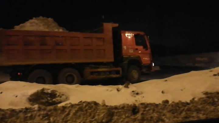 «Чтобы химией разъело остатки мусора?»: снег с дорог начали свозить на закрытую челябинскую свалку
