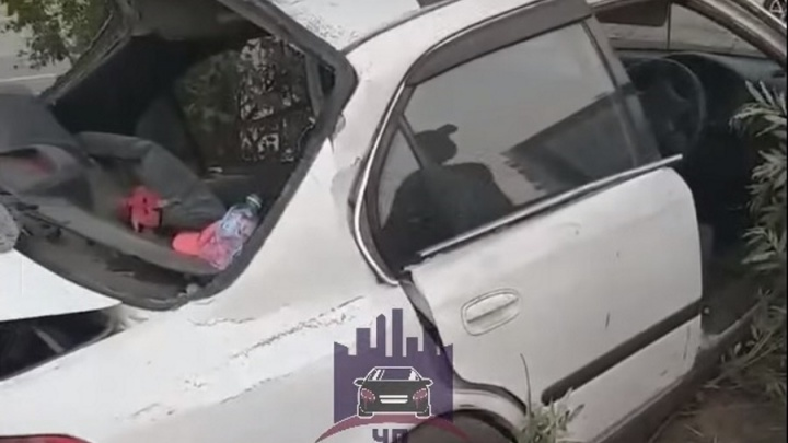 «Дерево обнял»: разбитую в хлам «Хонду» без водителя заметили в Солнечном
