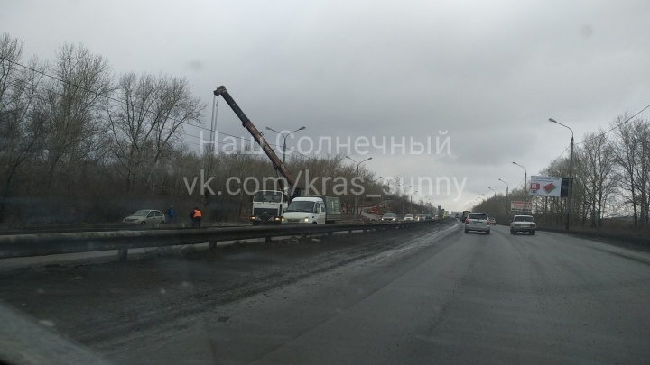 Выезды на Северное шоссе в районе Бадалыка блокировали плитами