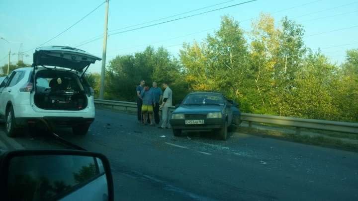 «Легковушку разрубило отбойником»: в Самаре на Южном шоссе ВАЗ столкнулся с внедорожником