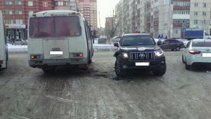 В Уфе Land Cruiser сбил подростка и врезался в автобус