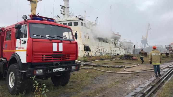 В Архангельске горит судно «Павел Башмаков»