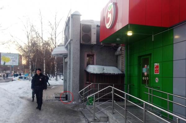 Магазин «Пятёрочка» на улице Блюхера, 71 эвакуировали из-за подозрительного дипломата на входе (на фото обведён красным)