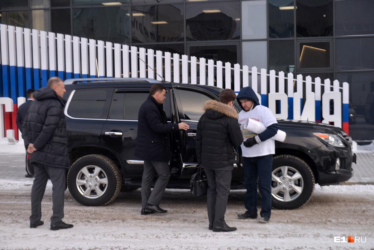 Личного автомобиля у Евгения Куйвашева нет, да и к чему он ему, если всегда есть служебный Lexus с водителем