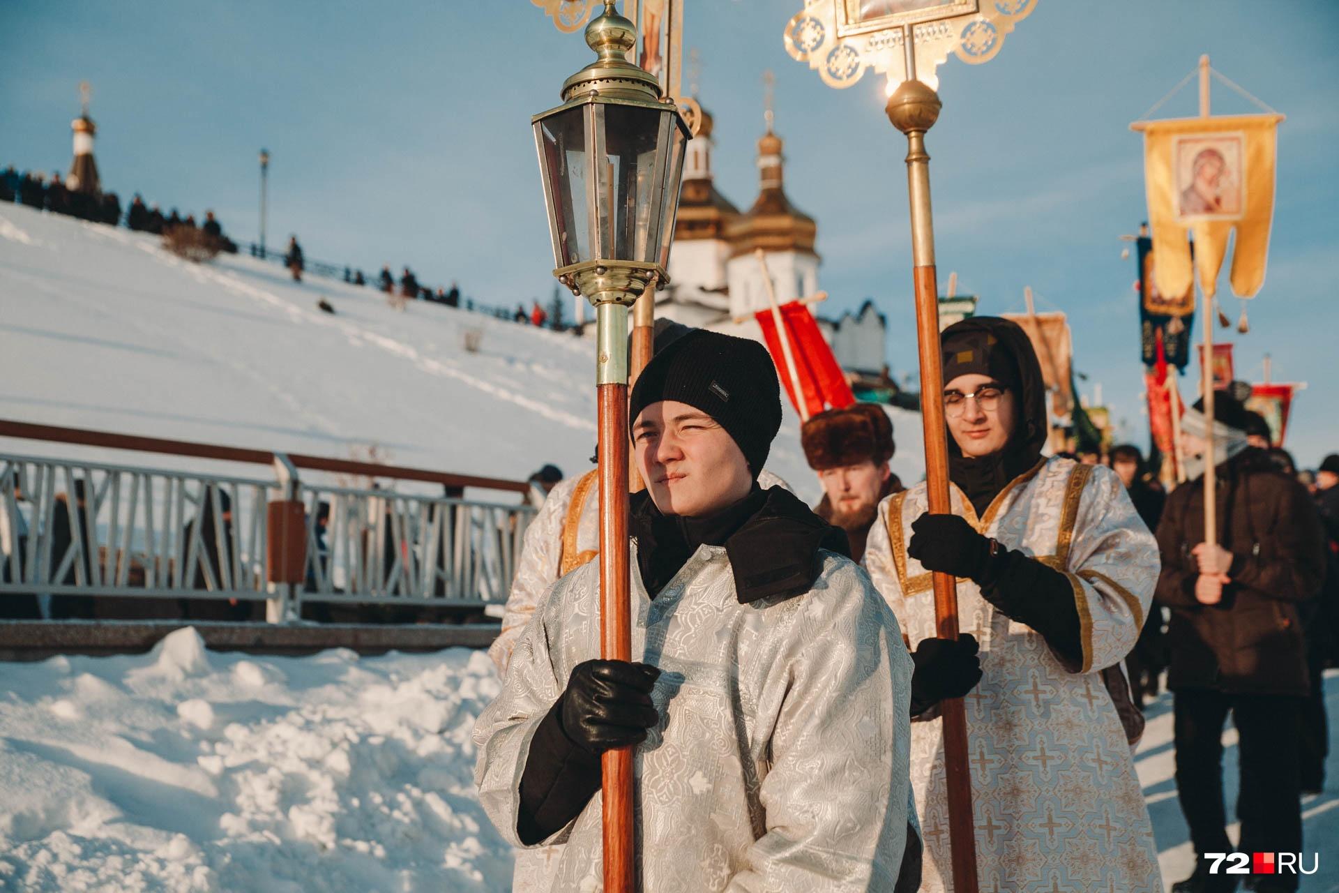 В руках с изображением святых шли представители духовенства, прихожане храма, студенты духовного училища и православной гимназии