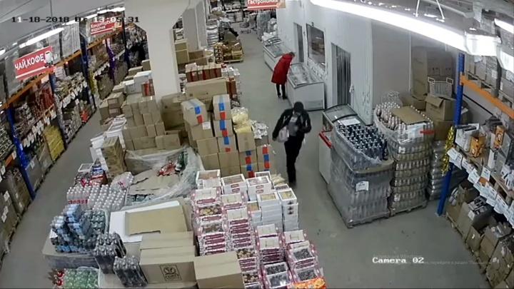 Шадринец пытался вынести из магазина мясной окорок весом более восьми килограммов