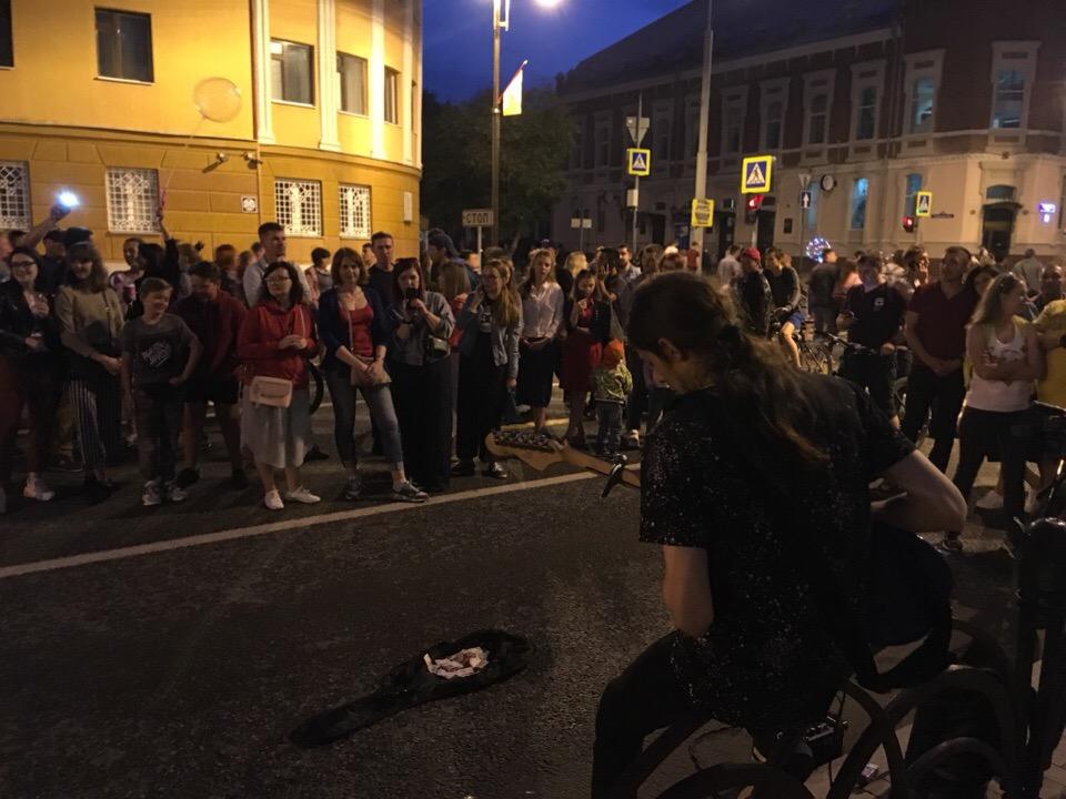 Люди стоят прямо на дороге, слушают музыканта. Он играет популярные песни— саундтрек из «Титаника», а также трек группы Nirvana