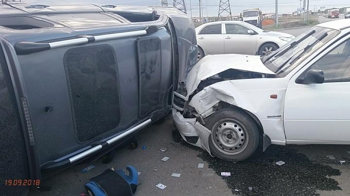 На повороте в Парковом-2 после ДТП перевернулась иномарка с ребёнком внутри
