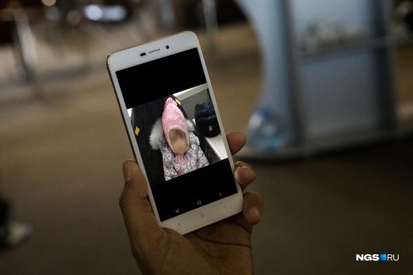 Новосибирцы пересылают фотографию девочки с просьбой делать репосты и распространять информацию дальше