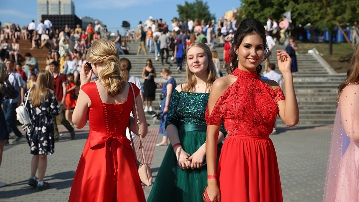 Сотни 11-классников пришли на Михайловскую набережную на выпускной