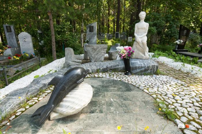 Недалеко от входа, вдоль главной аллеи, находится памятник девушке с дельфином
