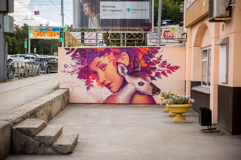 Такие граффити украшают стену по соседству с девушкой-совой. Большинство героинь Марины — абстрактные персонажи, но эта картина — портрет хореографа Дарьи Атрашкевич из театра танца Exordium