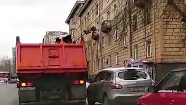 «Полный бардак»: в мэрии отчитали рабочих, швырявших песок на тротуары через ряды машин