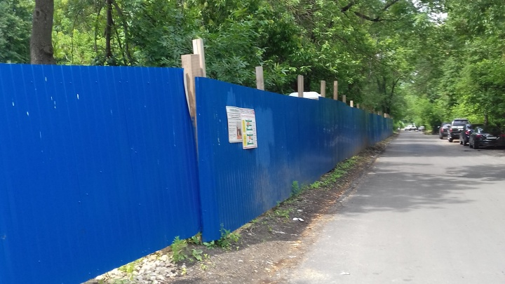 Сквер за синим забором: участок, попавший в программу «Городская среда», отдали под кафе